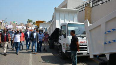 Photo of توزيع 5 سيارات قلاب وسيارتين مكنسيتين ولودر على الوحدات المحليه