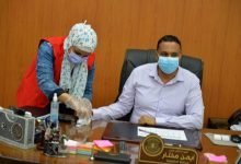 Photo of أيمن مختار يجري التحاليل اللازمة لفحص الأمراض المزمنة