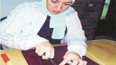 """Photo of الفن موهبة وإبداع ذاتى …""""روزة"""" تبدع فى بالرسم بالمسامير"""