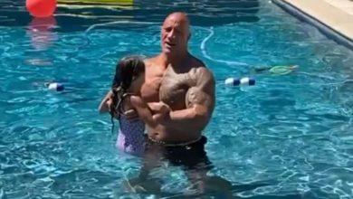 Photo of ذا روك مع ابنه في حمام السباحة بعد تعافيه من الكورونا